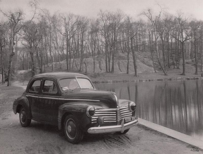 """Renault 14 cv clandestine au bord d'un étang de Meudon pendant l'Occupation. Pour reprendre la formule de Claude Le Maître, """"C'était le parcours culotté des protos interdits dans la forêt avoisinante""""© Jacqueline Serre - Tous droits réservés"""