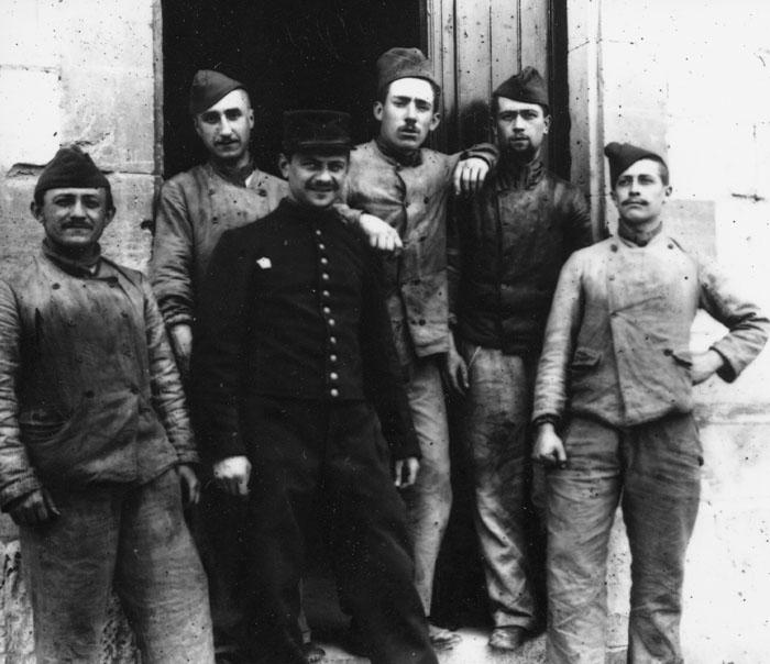 Avec ses camarades de régiment (le 3ème en partant de la droite), 1897-1898 © APR/Renault-Histoire