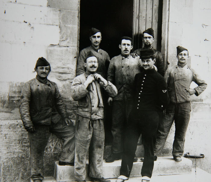 Avec ses camarades de régiment, 1897-1898 © APR/Renault-Histoire