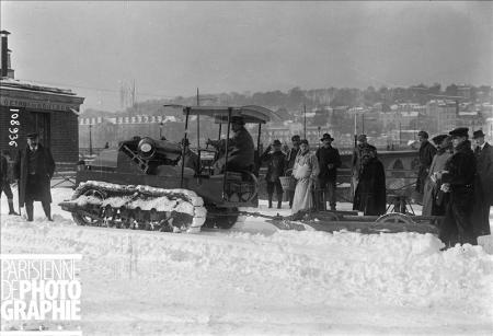 Hiver à Paris. Tank Renault utilisé comme chasse-neige. 16 novembre 1919. BRA-108936 © Maurice Branger / Roger-Viollet/Paris en Images