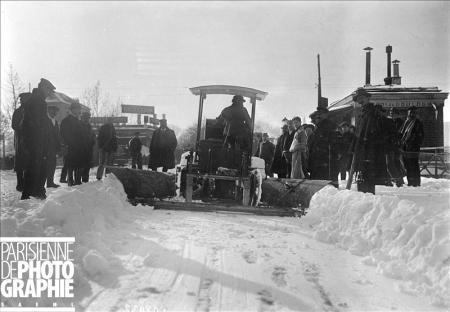 Hiver à Paris. Tank Renault utilisé comme chasse-neige. 16 novembre 1919. BRA-108932 © Maurice Branger / Roger-Viollet/Paris en Images