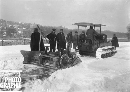 Hiver à Paris. Tank Renault utilisé comme chasse-neige. 16 novembre 1919. BRA-108933 © Maurice Branger / Roger-Viollet/Paris en Images