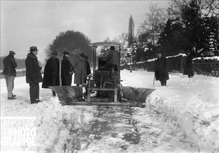 Hiver à Paris. Tank Renault utilisé comme chasse-neige. 16 novembre 1919. BRA-108931 © Maurice Branger / Roger-Viollet