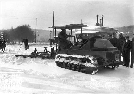 Hiver à Paris. Tank Renault utilisé comme chasse-neige. 16 novembre 1919. BRA-108930 © Maurice Branger / Roger-Viollet