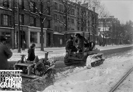 Hiver à Paris. Tank Renault utilisé comme chasse-neige. 16 novembre 1919. BRA-108928 © Maurice Branger / Roger-Viollet
