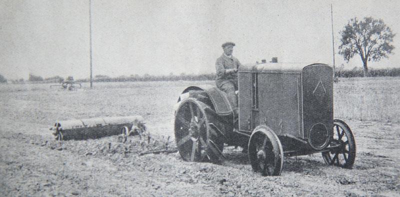 Un tracteur Renault R.K. au travail