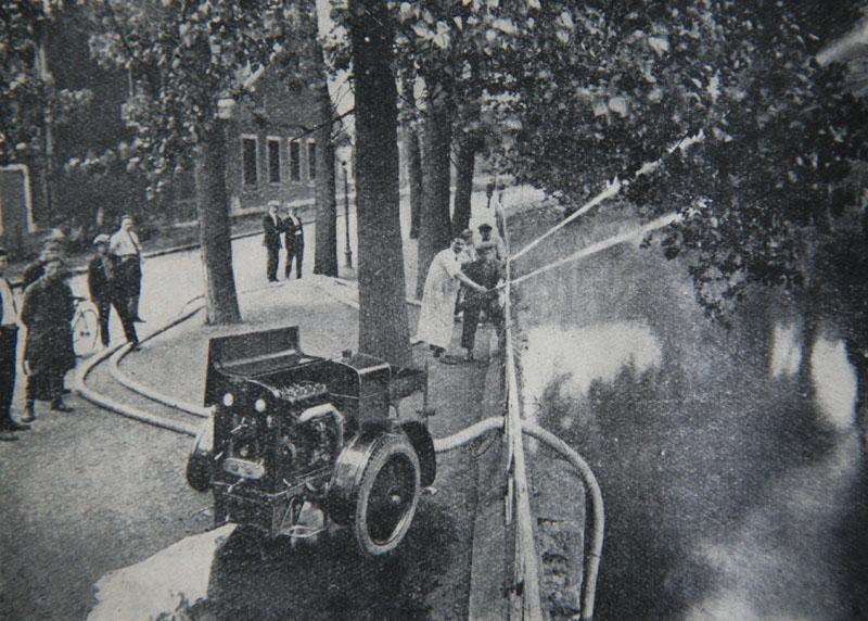 La moto-pompe Renault. 4 lances peuvent être armées ; leur débit horaire atteint 40/60m3.