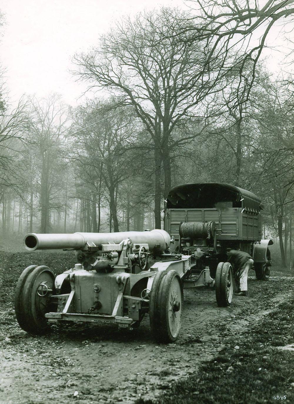 Tracteur à 4 roues motrices remorquant un matériel de 155 G.P.F. - 1917 © APR Droits réservés