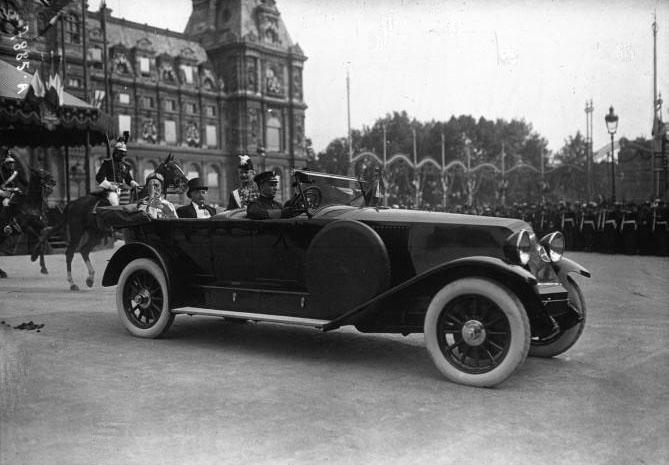 Réception du Bey de Tunis à l'Hôtel de Ville : le Bey de Tunis dans la voiture Renault : [photographie de presse] / Agence Meurisse © 1923