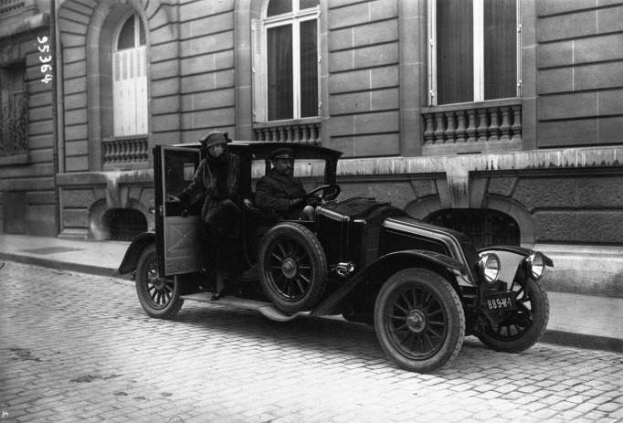 [voiture Renault Mlla Dorziat (actrice pour la maison Renault)] : [photographie de presse] / Agence Meurisse (Paris) 1922 © BNF