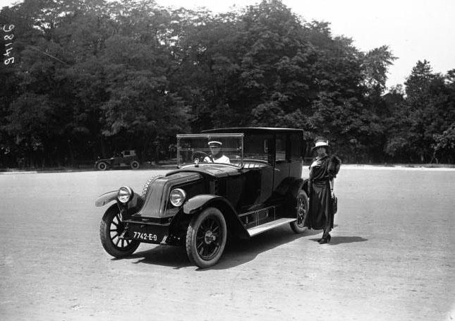 Voiture coupé Renault 20 HP avec Mlle Dorziat : [photographie de presse] / Agence Meurisse (Paris) 1922 © BNF