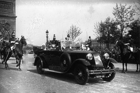 Revue du 14 Juillet 1926 à l'Arc de Triomphe : M. Doumergue et le Sultan dans la Renault : [photographie de presse] / Agence Meurisse © BNF