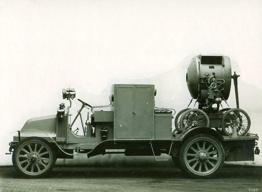 Voiture groupe électrogène avec projecteur - 1914 © APR Droits réservés
