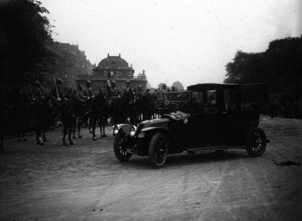 A Versailles, élection présidentielle : porte du bois de Boulogne : la voiture Renault attend M. Millerand : [photographie de presse] / Agence Meurisse 1920 © BNF