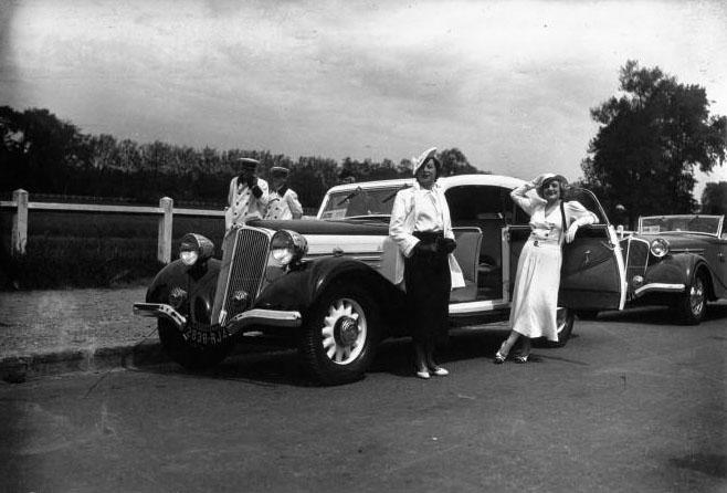 Bagatelle : concours d'élégance automobile : n° 572, Melle Parysis sur Renault : [photographie de presse] /Agence Meurisse (Paris) 1935 © BNF