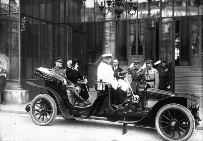 Le Général Pershing arrivant à l'Elysée dans une voiture Renault : [photographie de presse] / Agence Meurisse (Paris) 1921 © BNF
