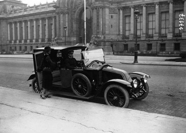 Voiture Renault devant le Grand Palais, avec Mme de Varenne : [photographie de presse] / Agence Meurisse (Paris) 1910 © BNF