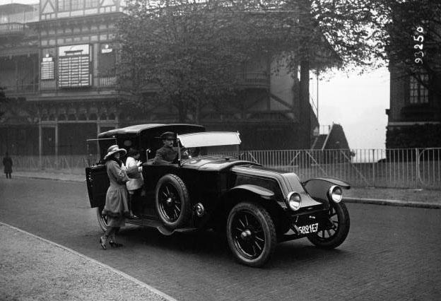 Bois de Boulogne : la voiture Renault et la Baronne de Warren : [photographie de presse] / Agence Meurisse (Paris 1921 © BNF
