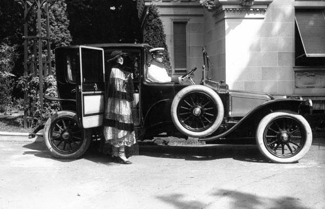 Château de Madrid à Neuilly : voiture Renault avec Mme de Waren : [photographie de presse] / Agence Meurisse 1921 © BNF
