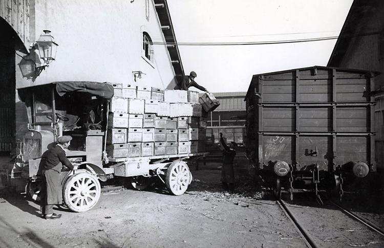 Berliet, camion-M dans la gare de Béziers - 1911 © Fondation Berliet Lyon - Droits réservés