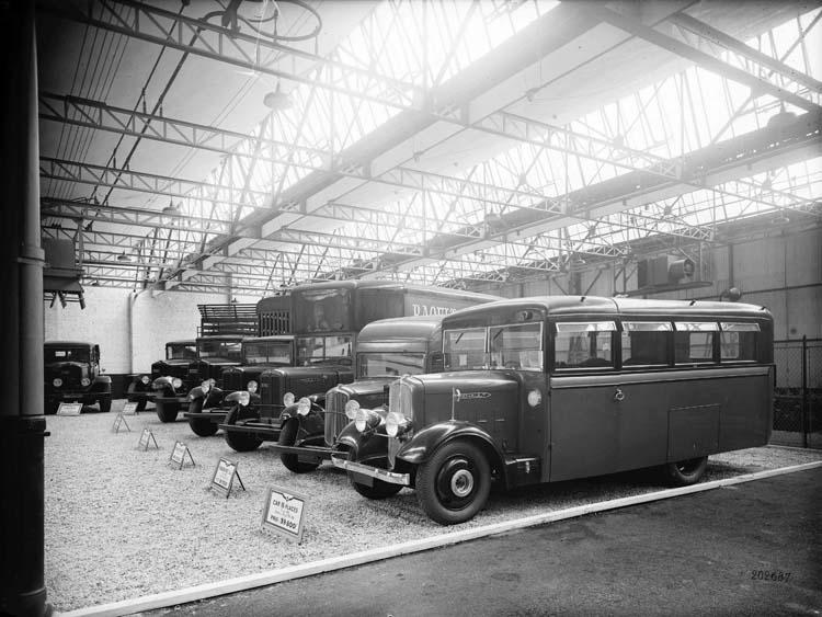 Exposition de véhicules utilitaires Renault - 1934 © Renault communication / PHOTOGRAPHE INCONNU (PHOTOGRAPHER UNKNOWN) DROITS RESERVES