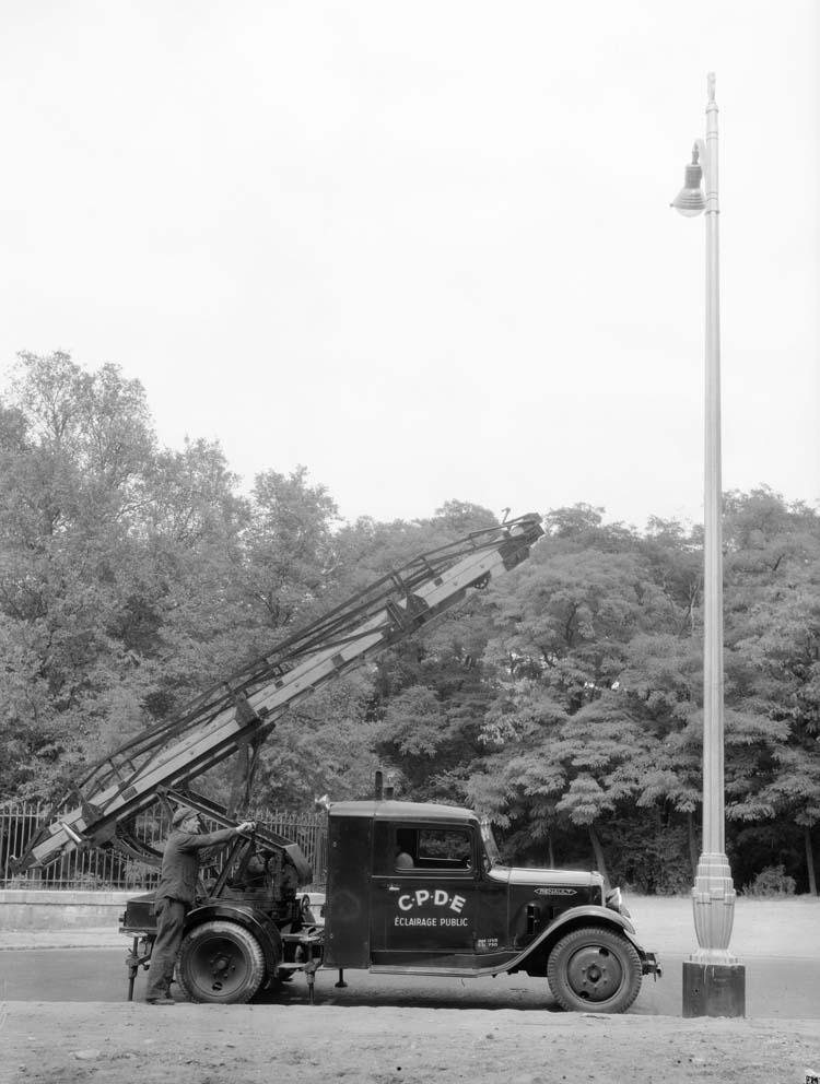 Camion Renault porte-échelle 1935 © Renault communication / PHOTOGRAPHE INCONNU (PHOTOGRAPHER UNKNOWN) DROITS RESERVES