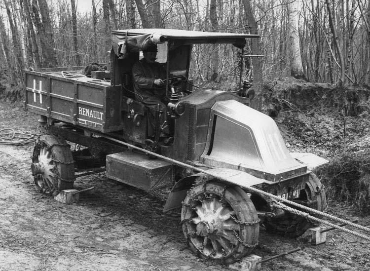 Concours militaire tracteur Renault type EG 1911 © Renault communication / PHOTOGRAPHE INCONNU (PHOTOGRAPHER UNKNOWN) DROITS RESERVES