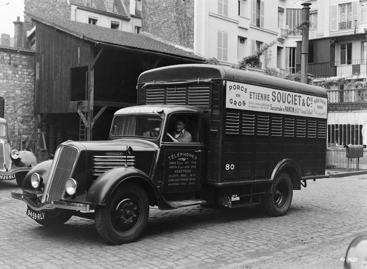 Camion bétaillère Renault type AGF - 1937 © Renault communication / PHOTOGRAPHE INCONNU (PHOTOGRAPHER UNKNOWN) DROITS RESERVES