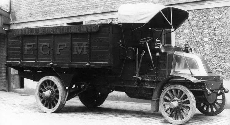 Camion plateau ridelles  type FX  Renault 25 Cv 5 tonnes à chaine 1911 © Renault communication / PHOTOGRAPHE INCONNU (PHOTOGRAPHER UNKNOWN) DROITS RESERVES