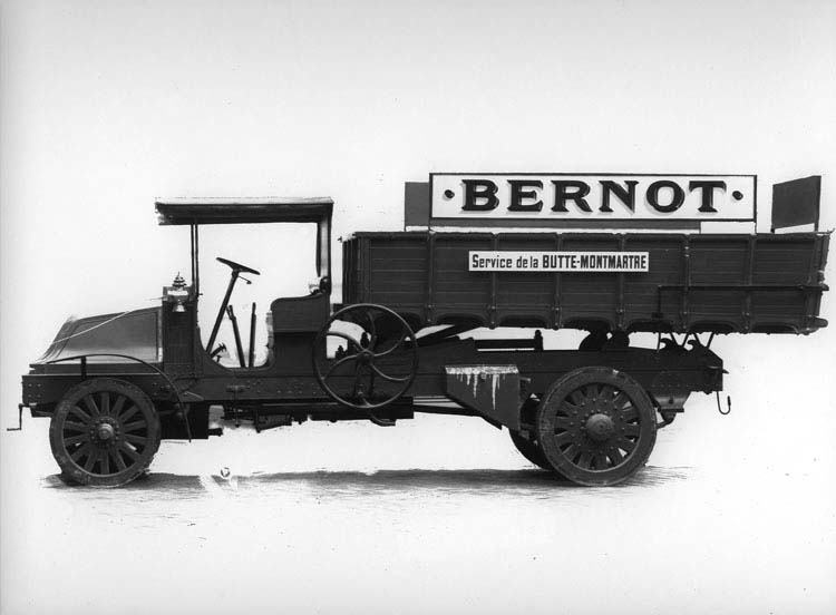 Camion benne basculante manuelle type FX 20 © Renault communication / PHOTOGRAPHE INCONNU (PHOTOGRAPHER UNKNOWN) DROITS RESERVES