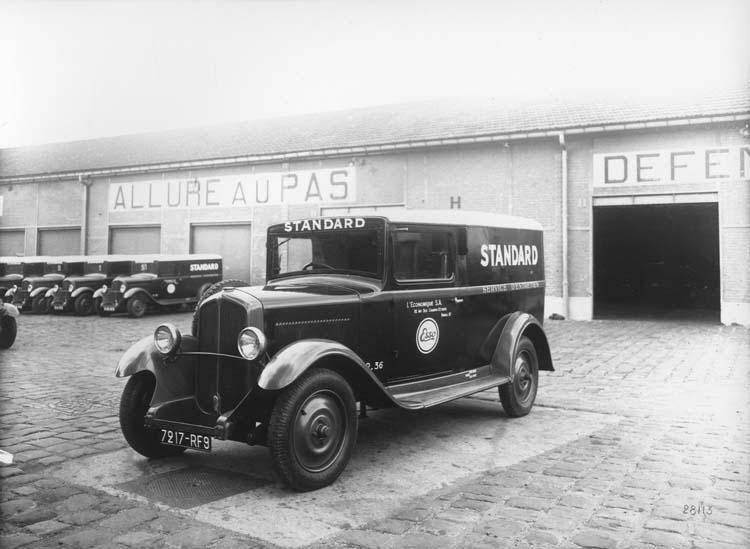 Flotte de fourgons de livraison Renault type KZB 11 cv 1933 © Renault communication / PHOTOGRAPHE INCONNU (PHOTOGRAPHER UNKNOWN) DROITS RESERVES