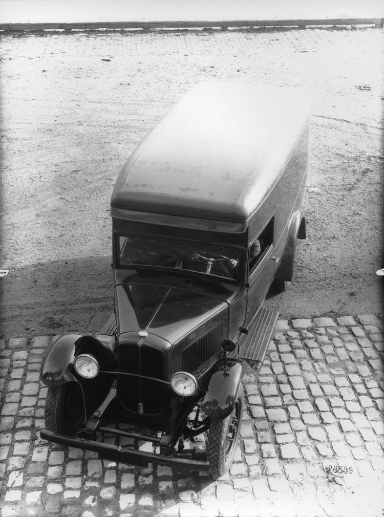 Fourgon de livraison Renault type OSB 10 cv de 1933 © Renault communication / PHOTOGRAPHE INCONNU (PHOTOGRAPHER UNKNOWN) DROITS RESERVES