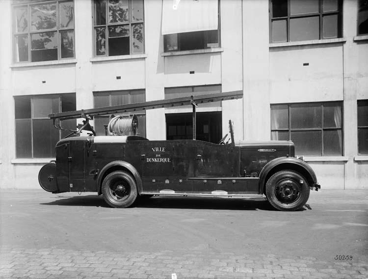 Autopompe à incendie Renault - 1933 © Renault communication / PHOTOGRAPHE INCONNU (PHOTOGRAPHER UNKNOWN) DROITS RESERVES